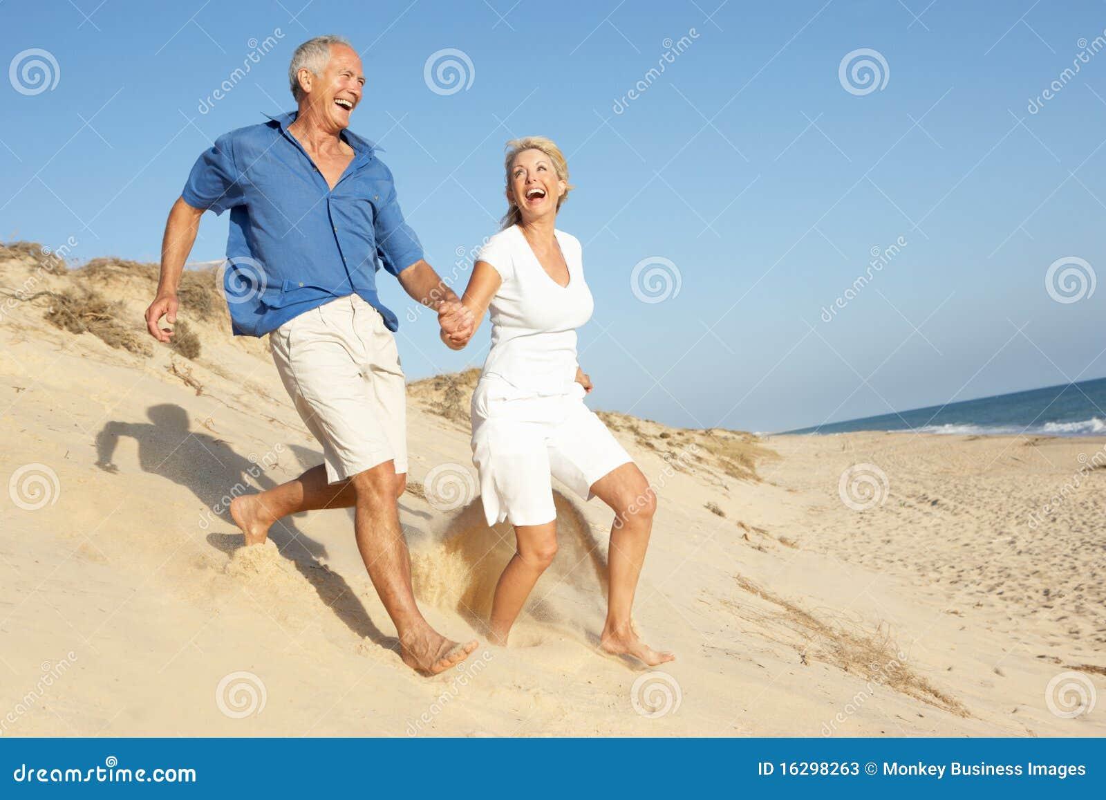 Target662_0_ wakacyjnego działającego seniora plażowa para