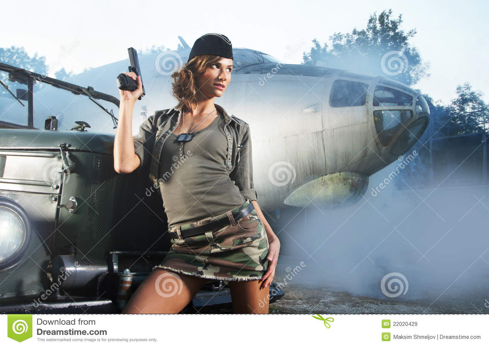 TARGET765_0_ w wojskowym brunetki młoda kobieta odziewa