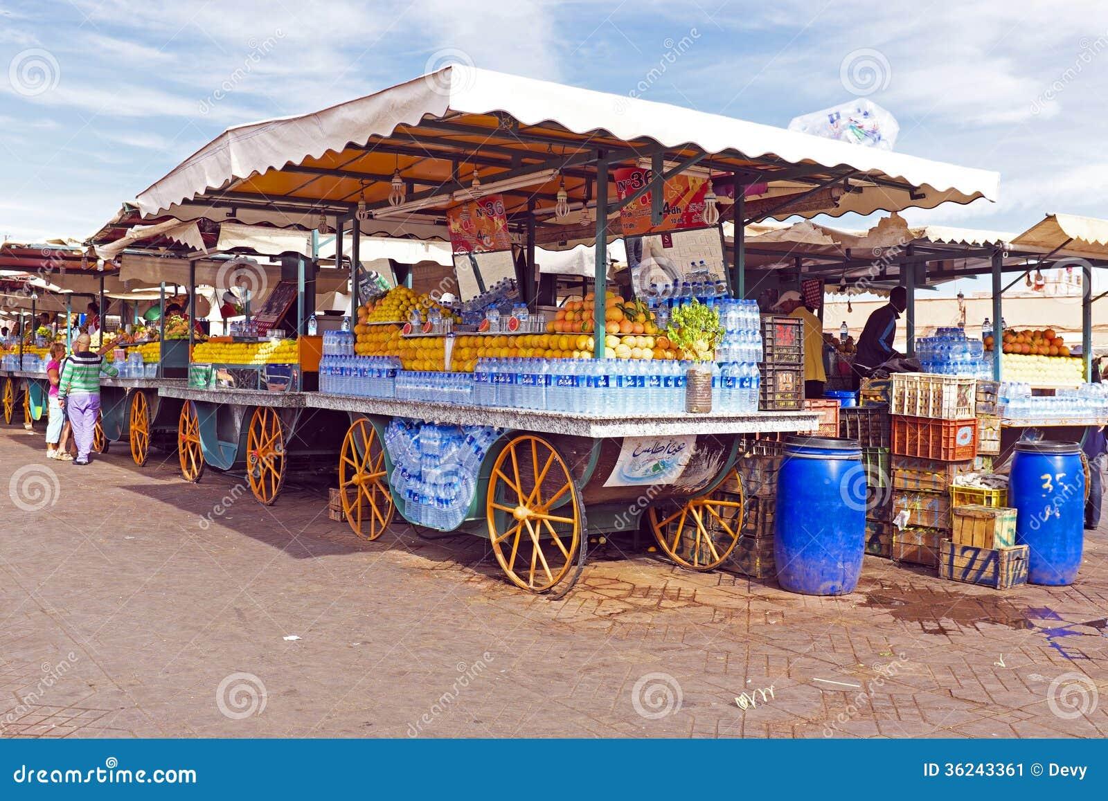 Targowy kram z owoc w Marrakech Maroko