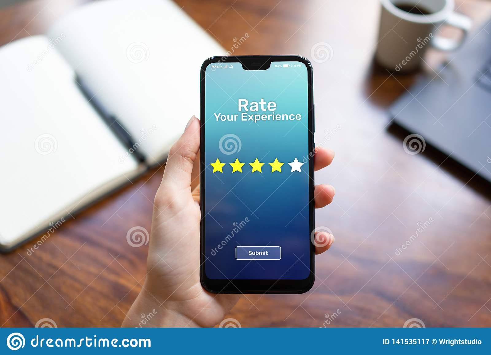 Tarief uw de tevredenheidsoverzicht Vijf van de ervaringsklant Sterren op het mobiele telefoonscherm Bedrijfs technologieconcept