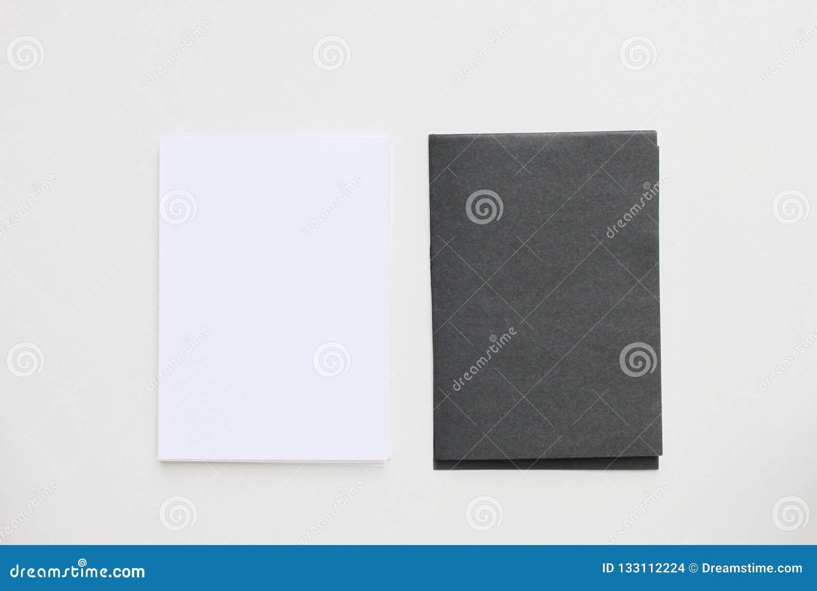 Tarjeta blanco y negro del espacio en blanco del negocio colocada en la visión de escritorio