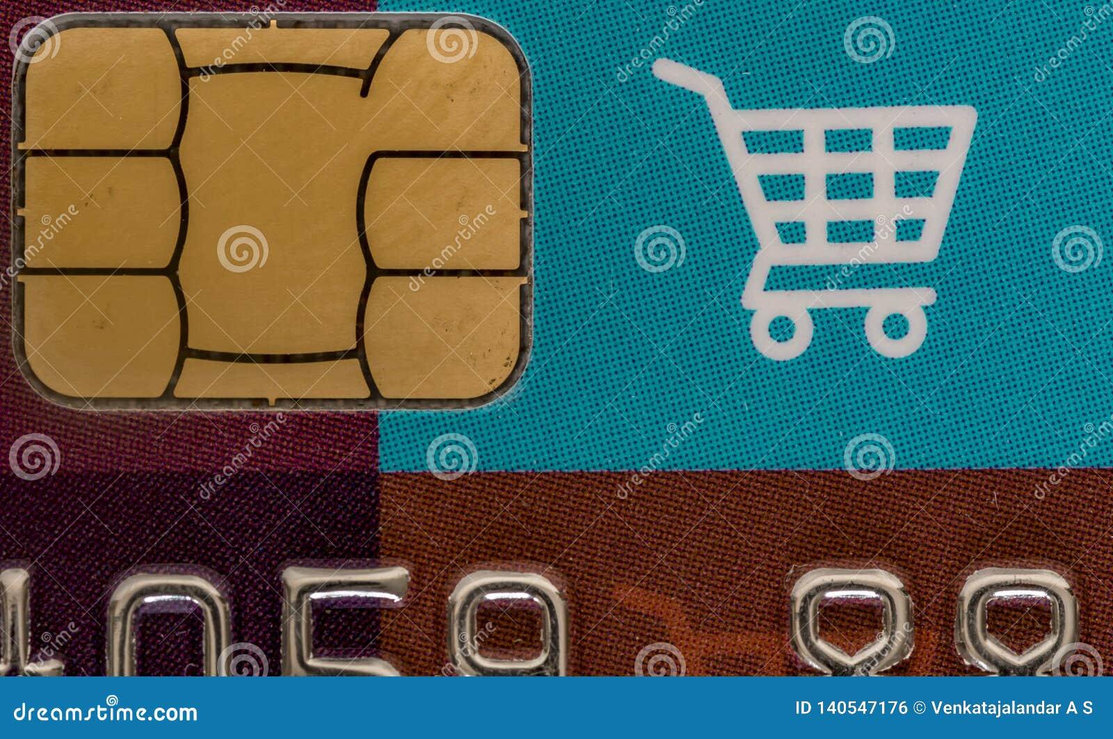 Tarjeta de crédito que hace compras con el microprocesador