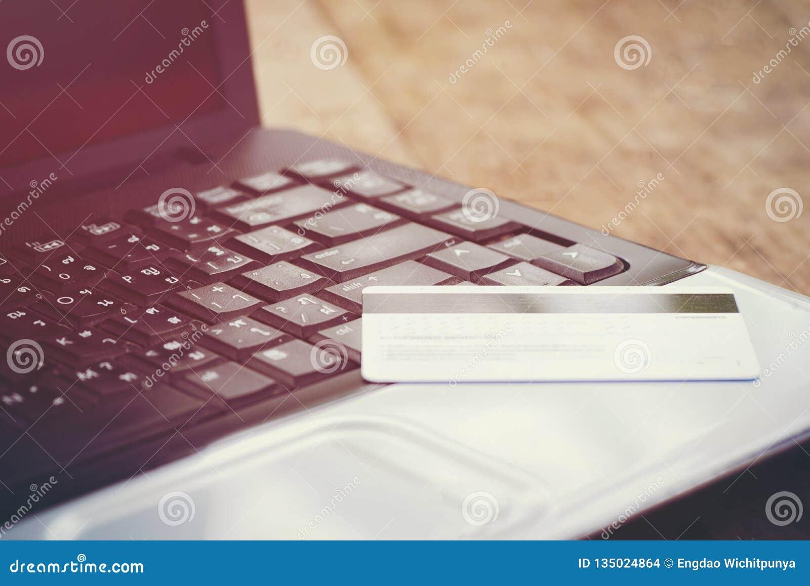 Tarjeta de crédito y usar crédito en línea y la tarjeta de débito del concepto del pago fácil del ordenador portátil que hace com
