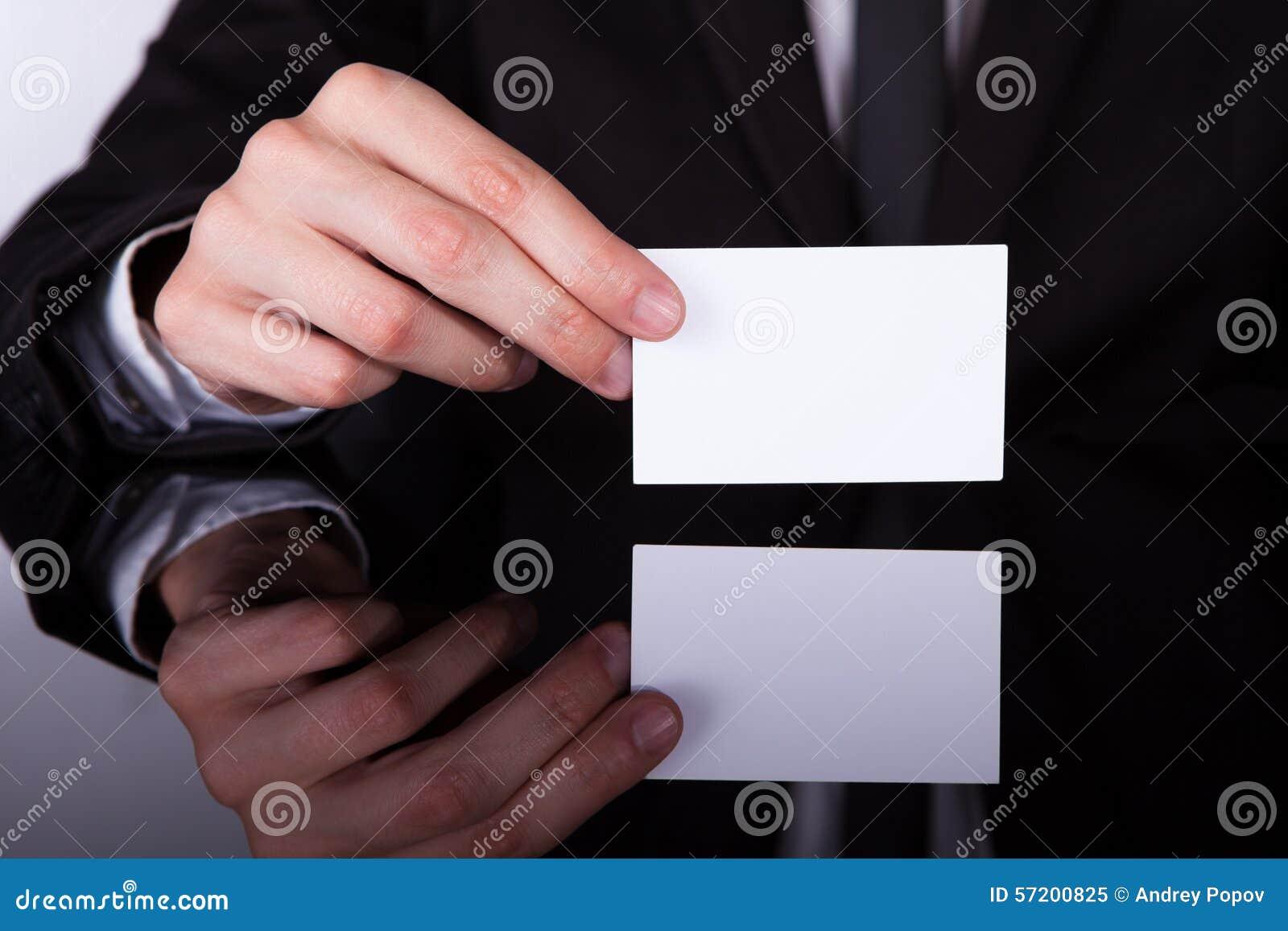 Tarjeta de Holding Blank Visiting del hombre de negocios