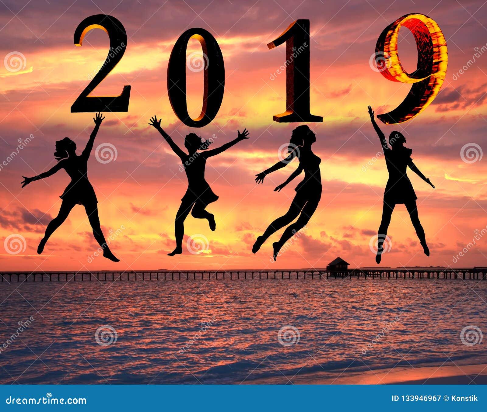 143690298b9c Tarjeta 2019 De La Feliz Año Nuevo Silueta De La Mujer Joven En La ...