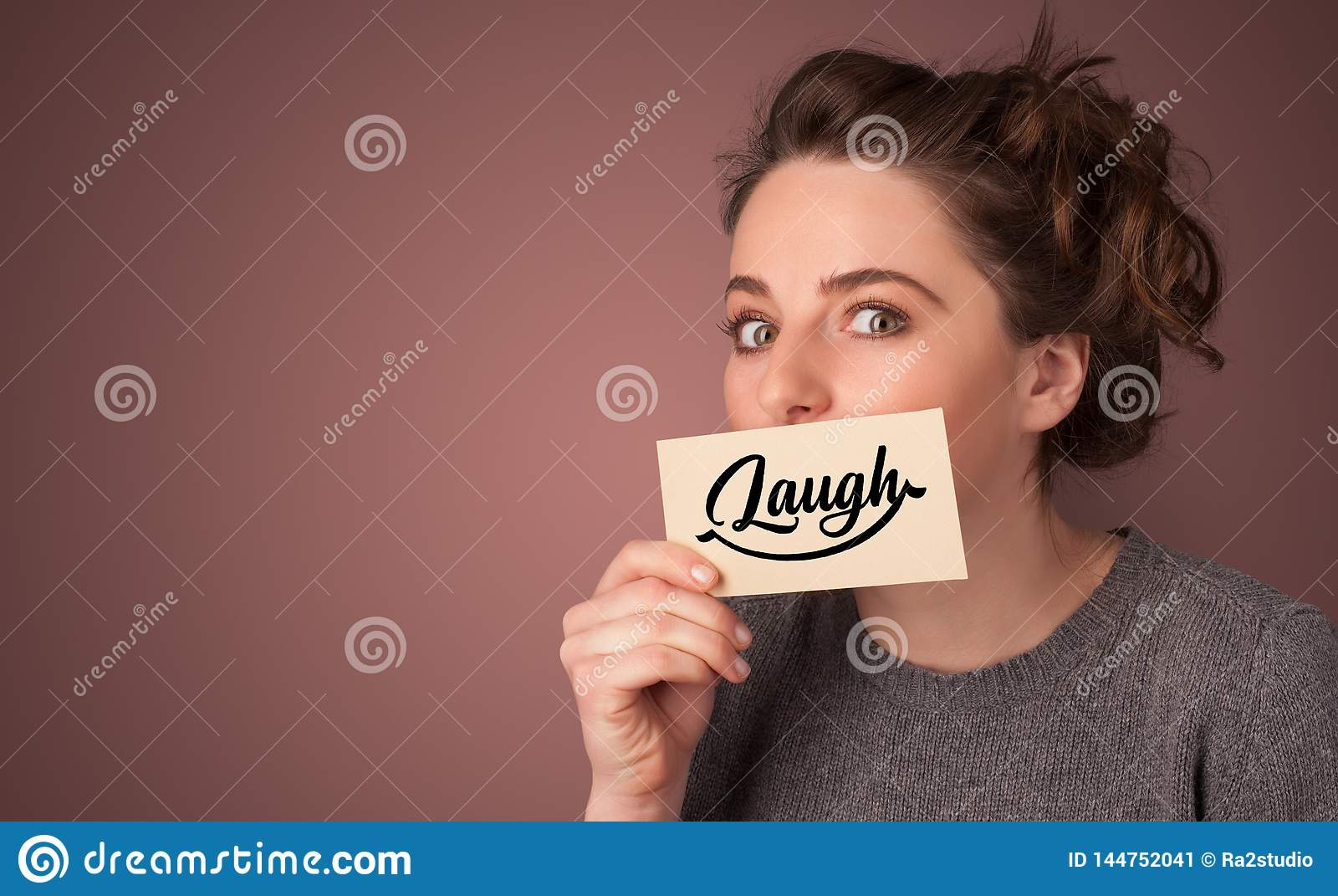 Tarjeta de la tenencia de la persona con sonrisa
