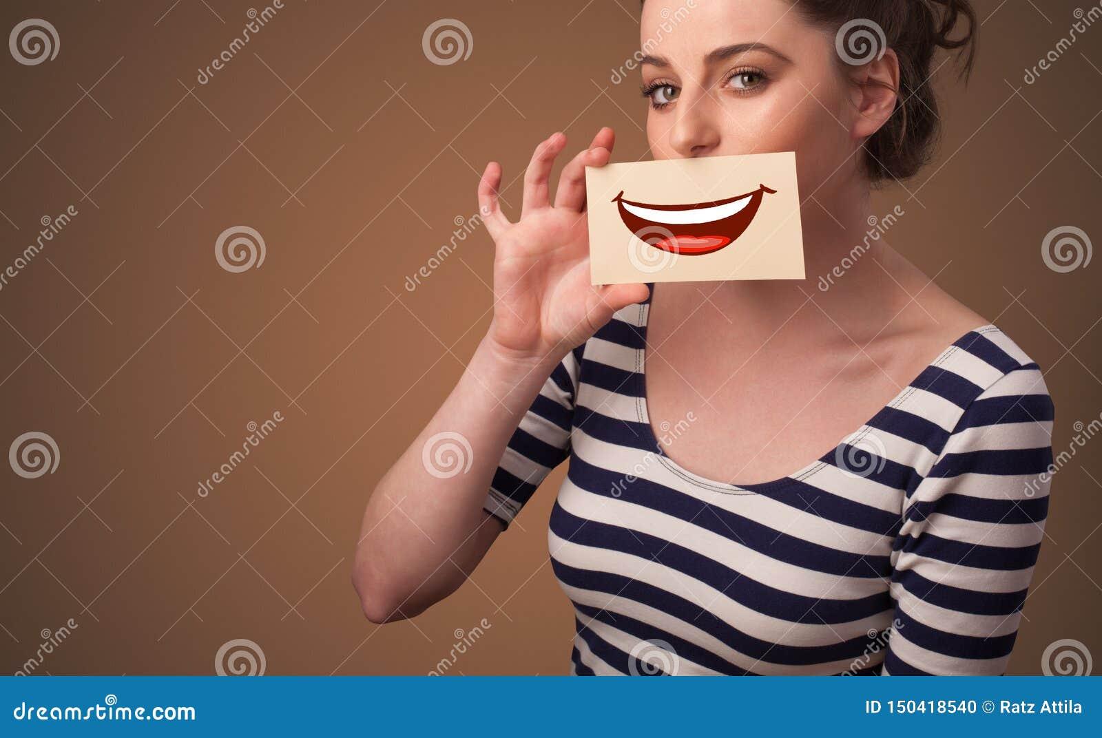 Tarjeta de la tenencia de la persona delante de su boca