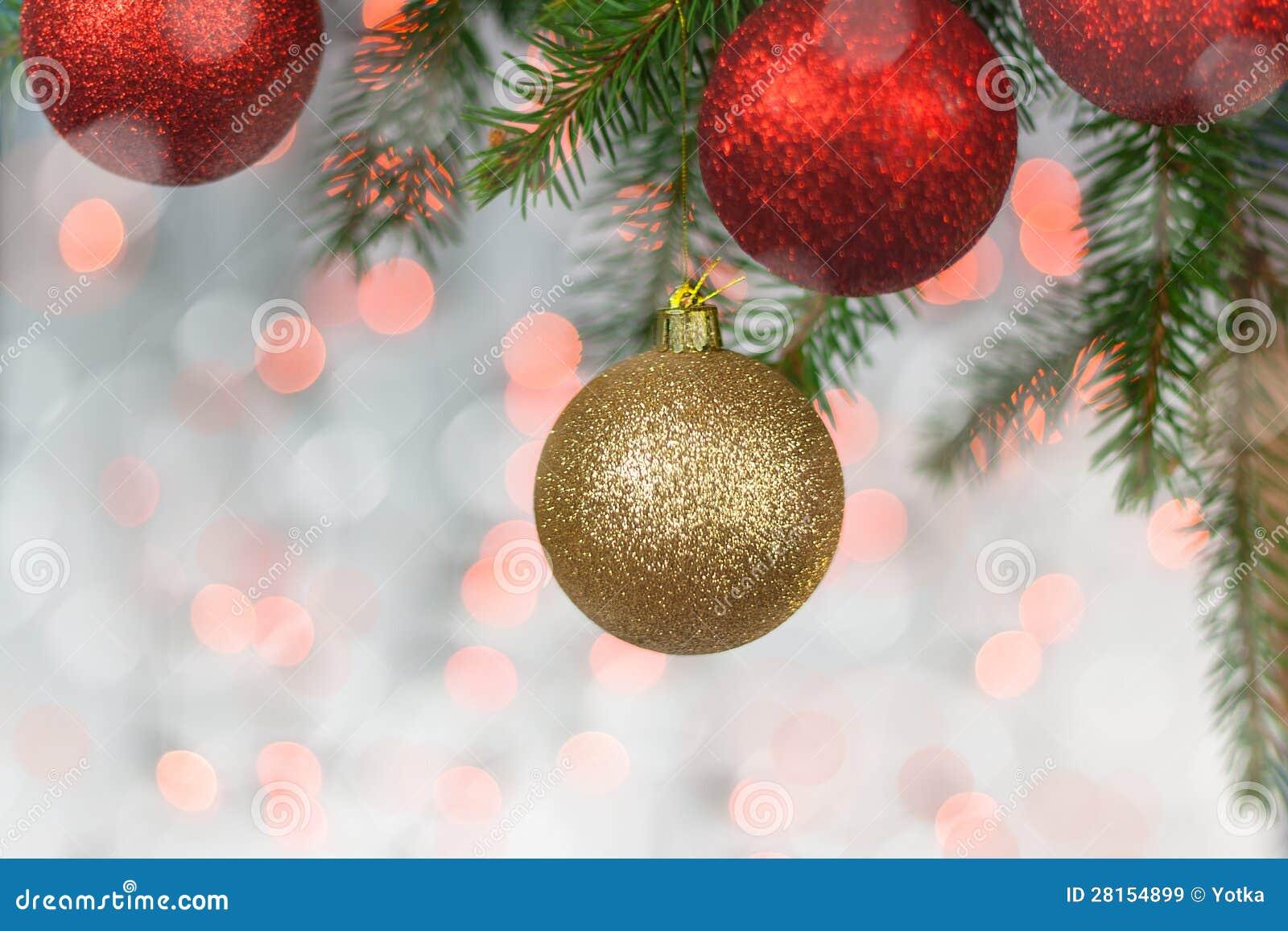 Tarjeta de Navidad con las bolas y la ramita spruce