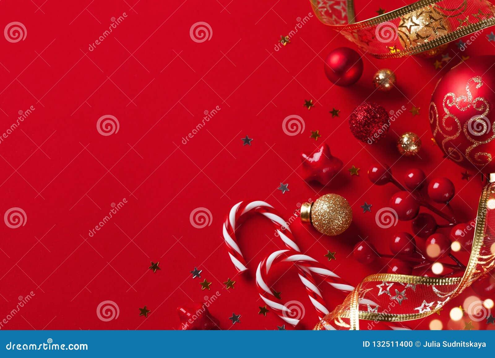 Tarjeta de Navidad o bandera Decoraciones de la Navidad en fondo rojo