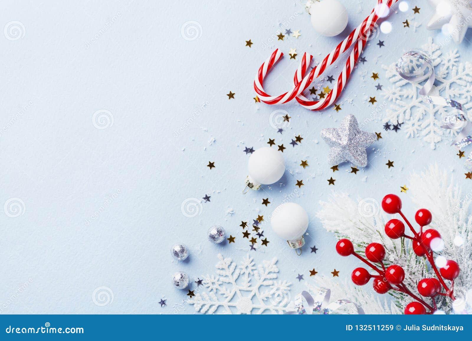 Tarjeta de Navidad o bandera Decoraciones de la plata de la Navidad en fondo azul