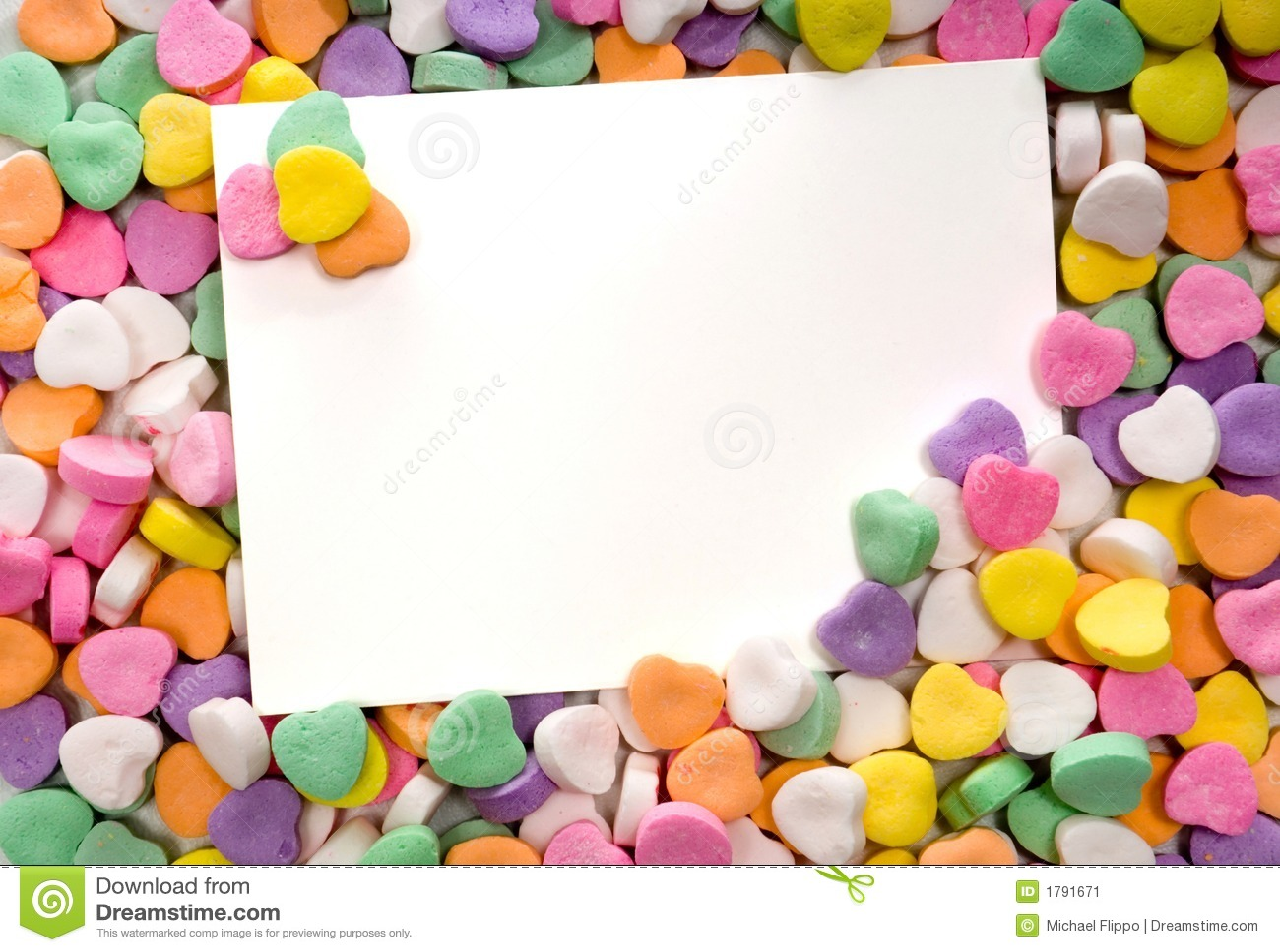 Tarjeta de nota en blanco rodeada, enmarcado por los corazones del caramelo