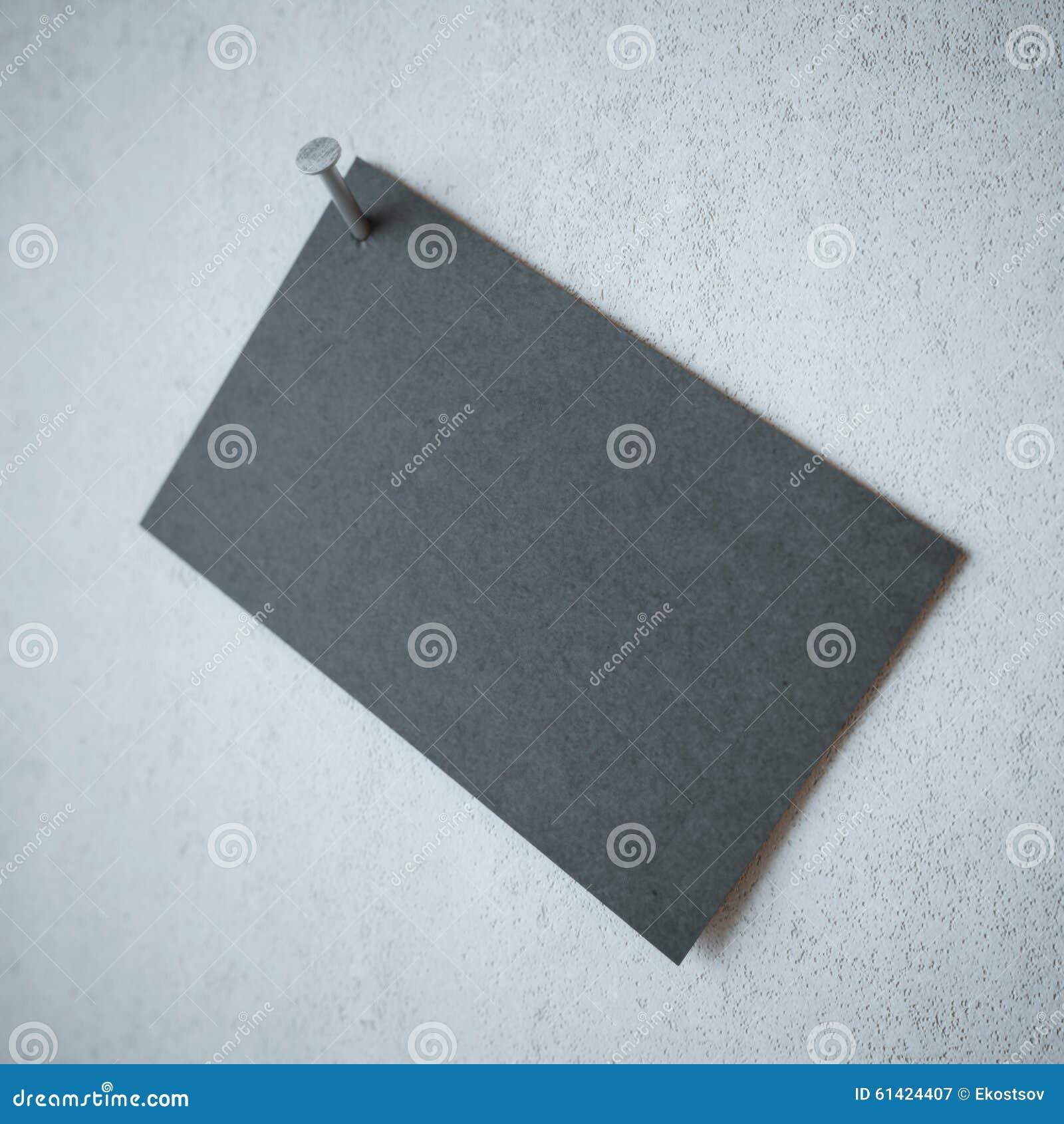 Tarjeta de visita negra en blanco con el clavo