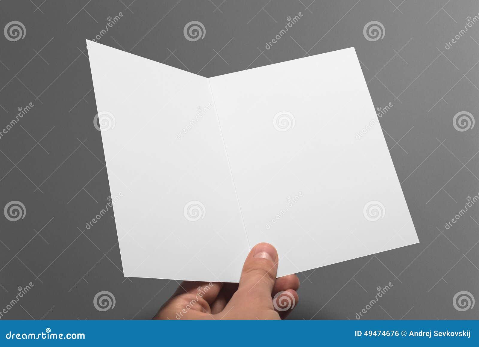 Tarjeta en blanco de la invitación aislada en gris