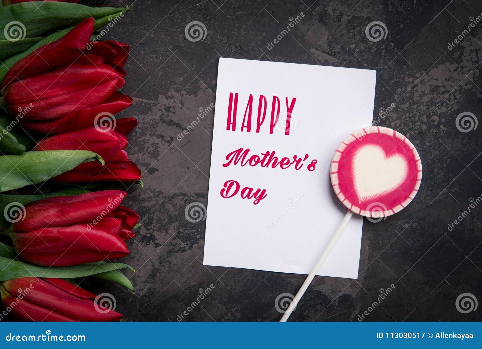 Tarjeta feliz del día del ` s de la madre con los tulipanes rojos