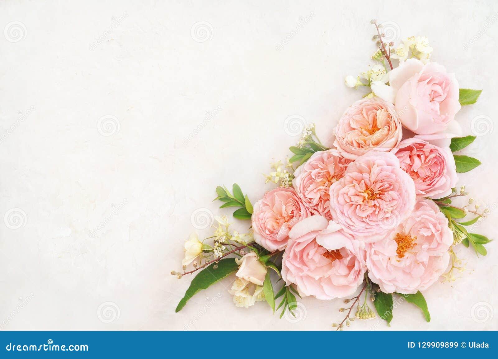 Tarjeta floral festiva color de rosa delicada floreciente del fondo de las flores del verano, en colores pastel y suave del ramo