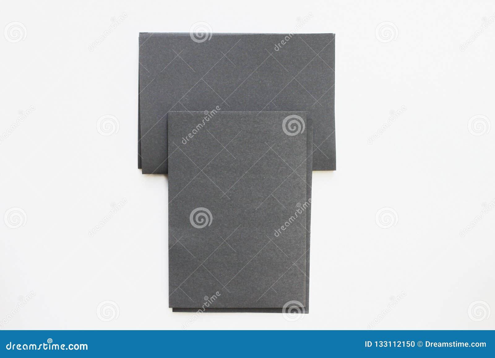 Tarjeta negra del espacio en blanco del negocio colocada en la visión de escritorio