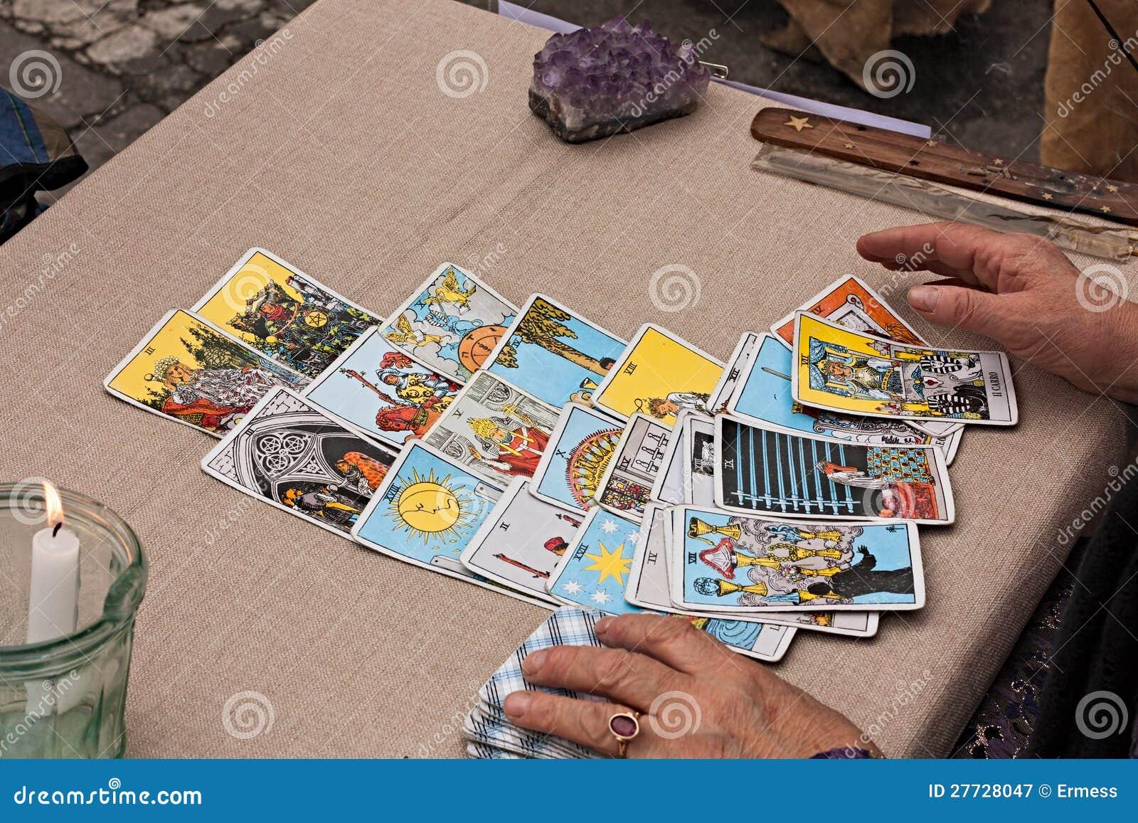 Tarjetas de los tarots de la lectura