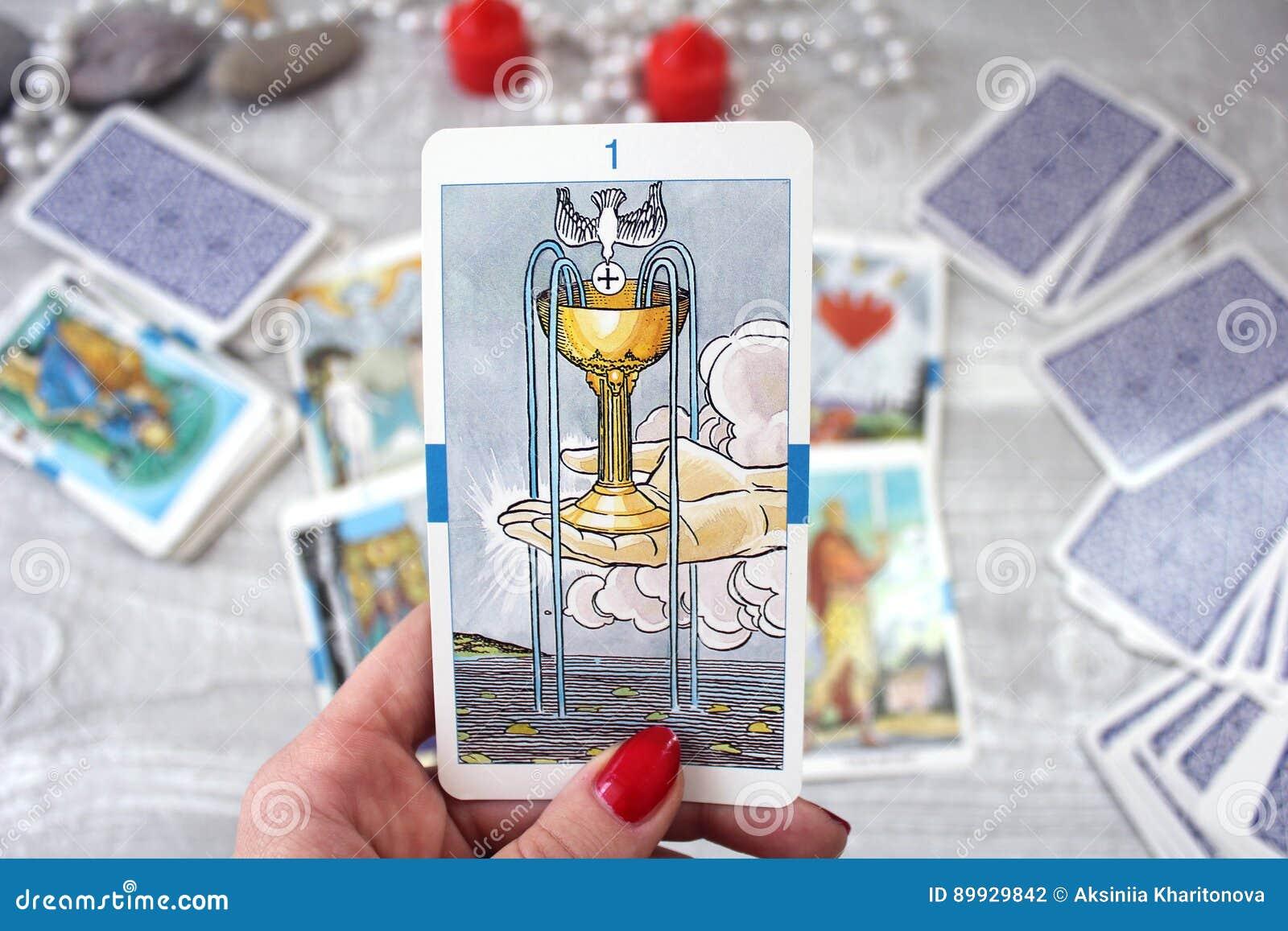 Tarot karty, świeczki i akcesoria na drewnianym stole,