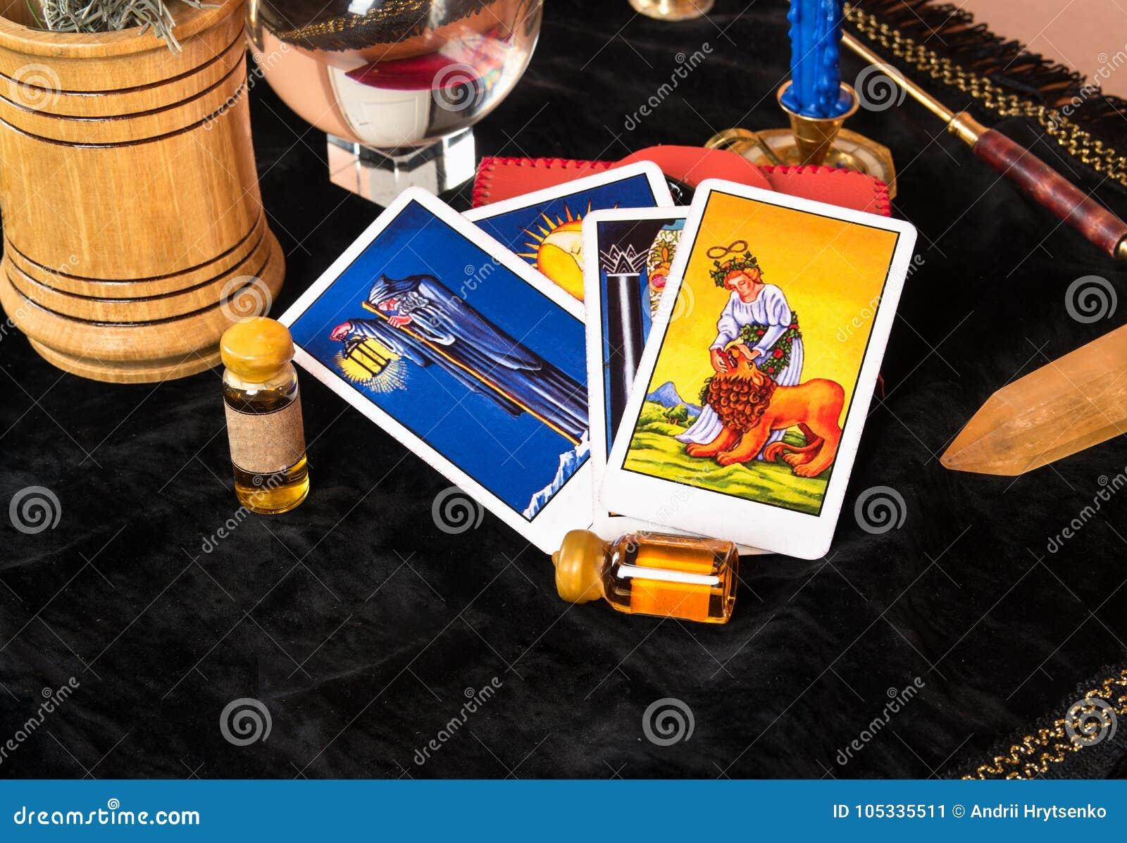 Tarot karty na stole