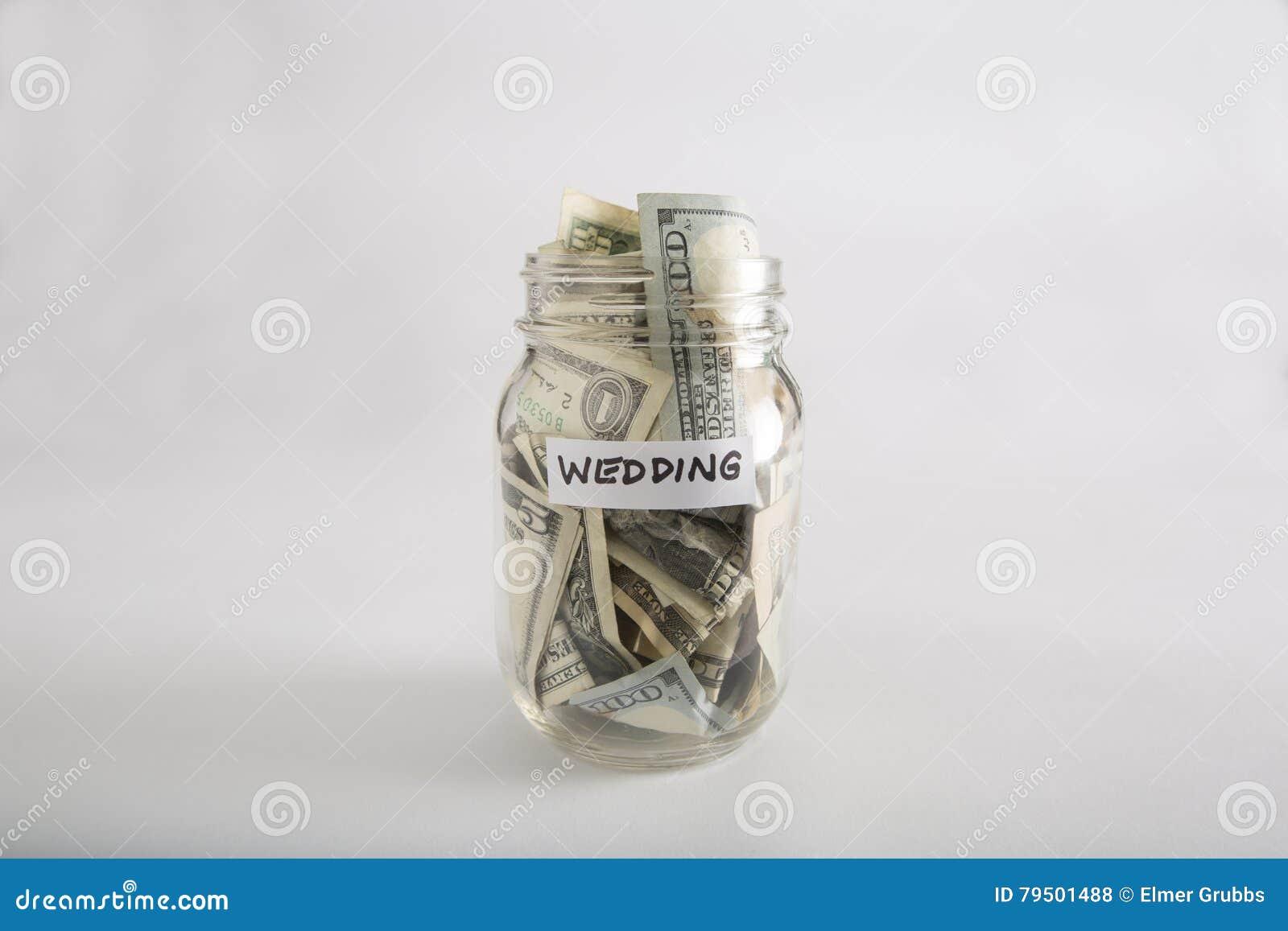 Tarro de albañil con el dinero para casarse