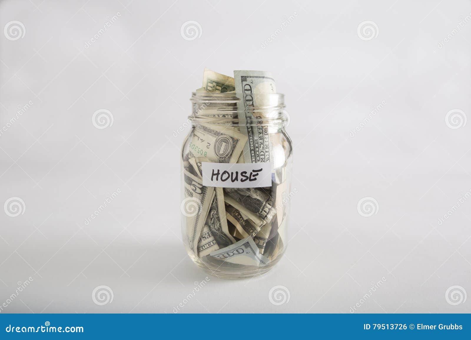 Tarro de albañil con el dinero para la casa