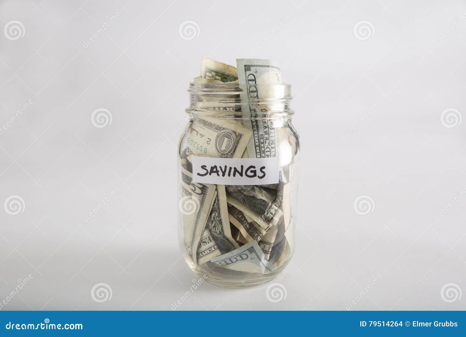 Tarro de albañil con el dinero para los ahorros