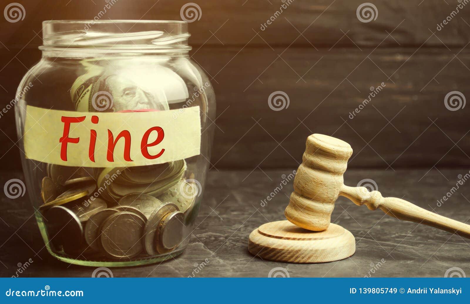 Tarro de cristal con la multa de la palabra y el martillo del juez Pena como castigo para un crimen y una ofensa Castigo financie