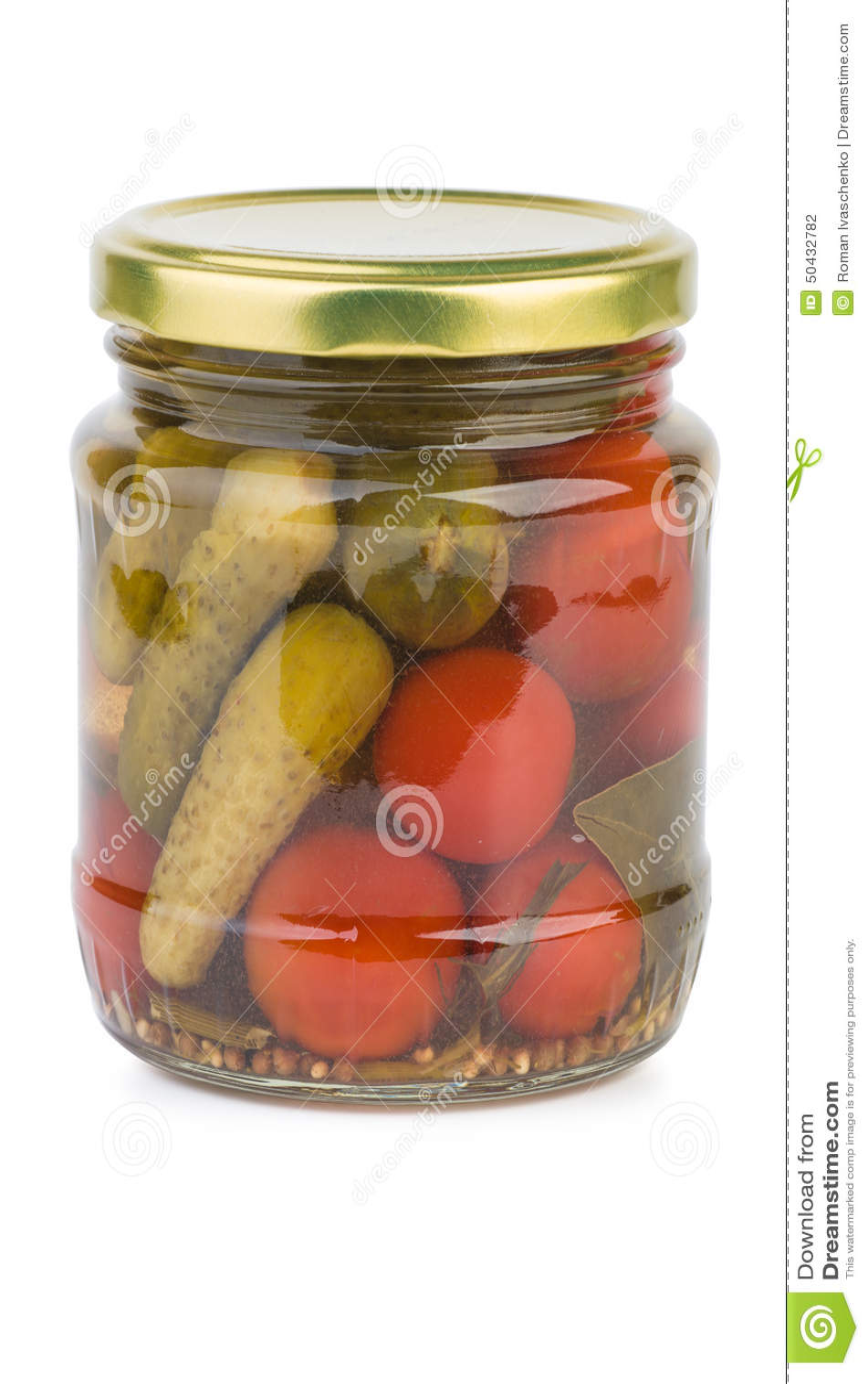 Tarro de cristal con los tomates y los cornichons conservados en vinagre