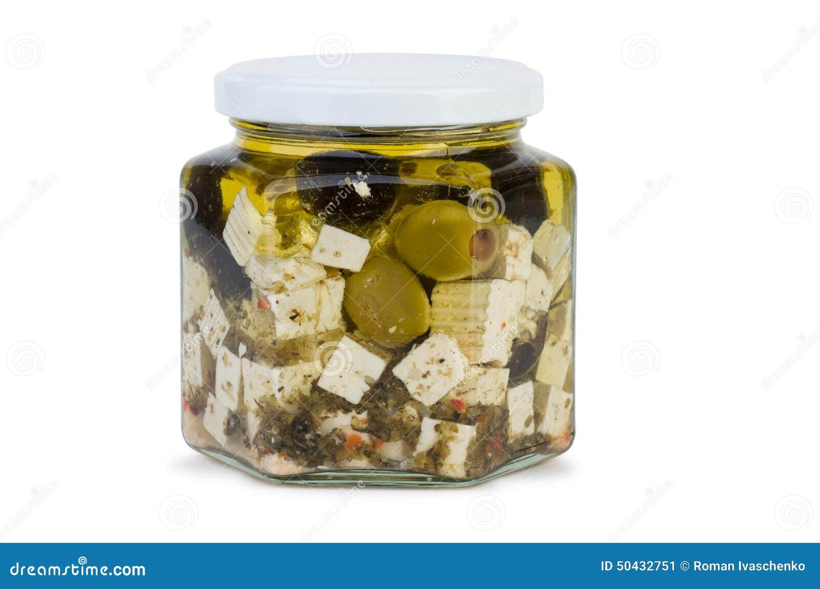 Tarro de cristal con queso del fitaki en aceite y aceitunas