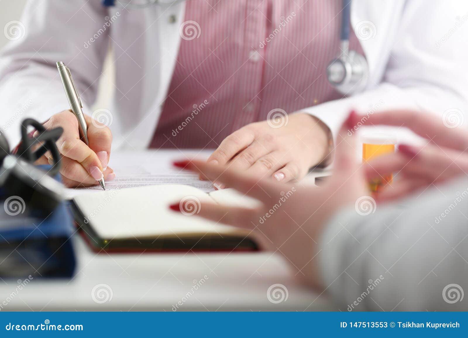 Tarro femenino del control de la mano del doctor de la medicina de p?ldoras