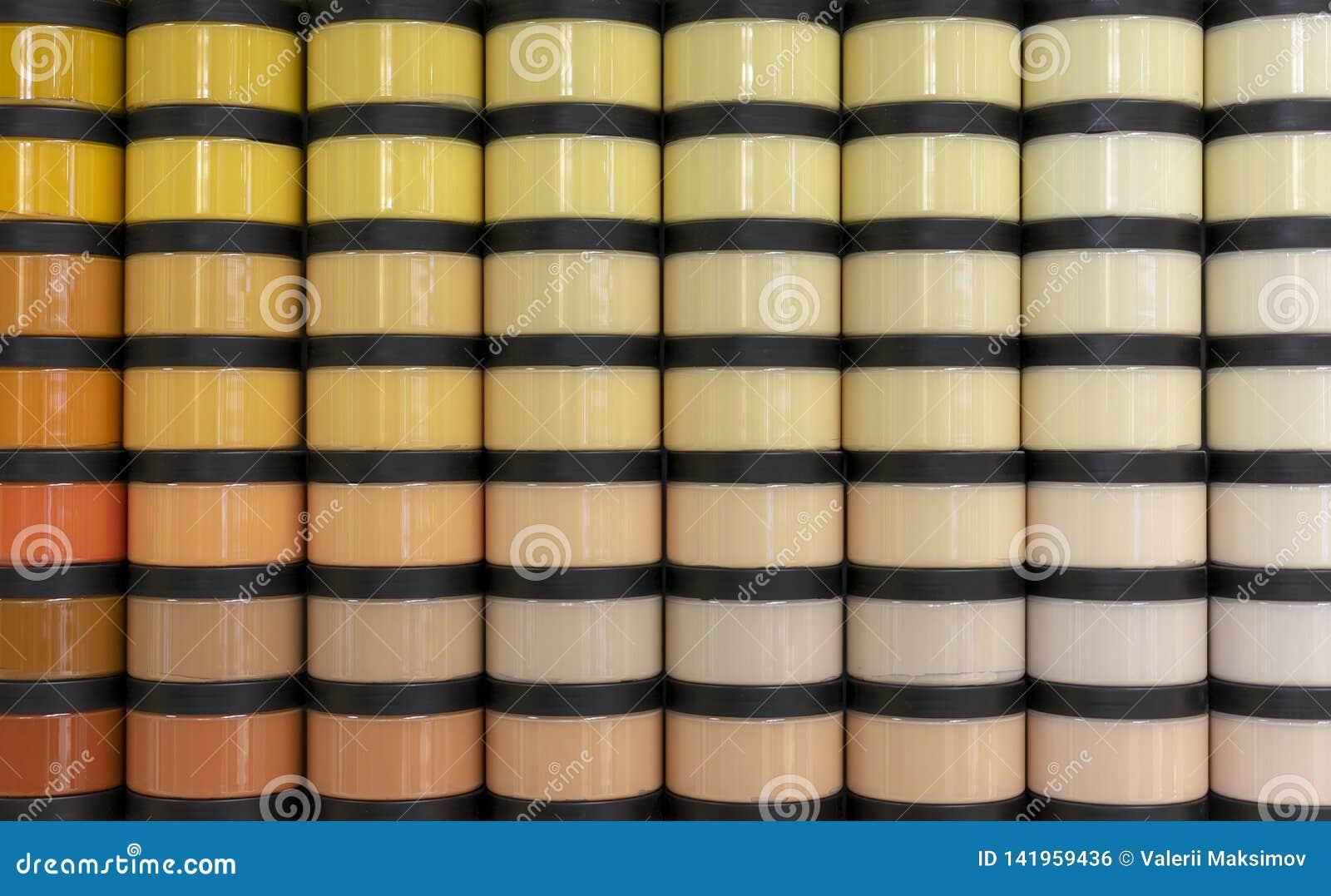 Tarros con la pintura para los varios tonos de la reparación