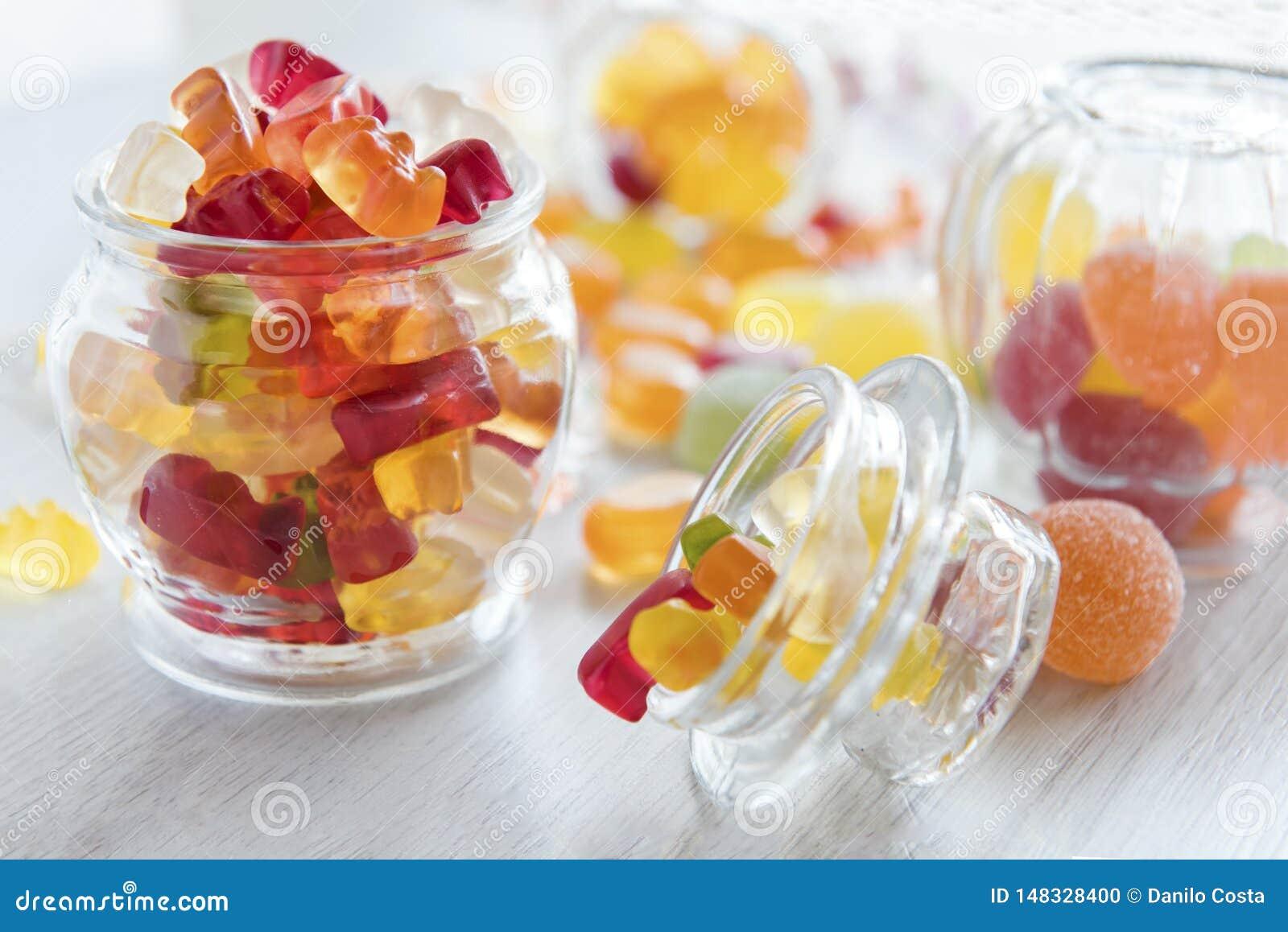 Tarros de caramelos gomosos coloridos retroiluminados