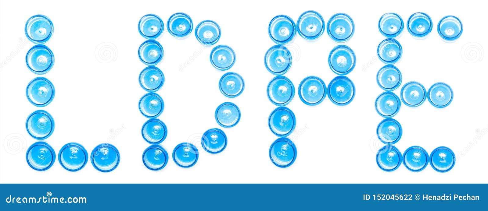 Tarros plásticos azules de la designación de la muestra en un fondo blanco la palabra LDPE, polietileno de la baja densidad, aisl