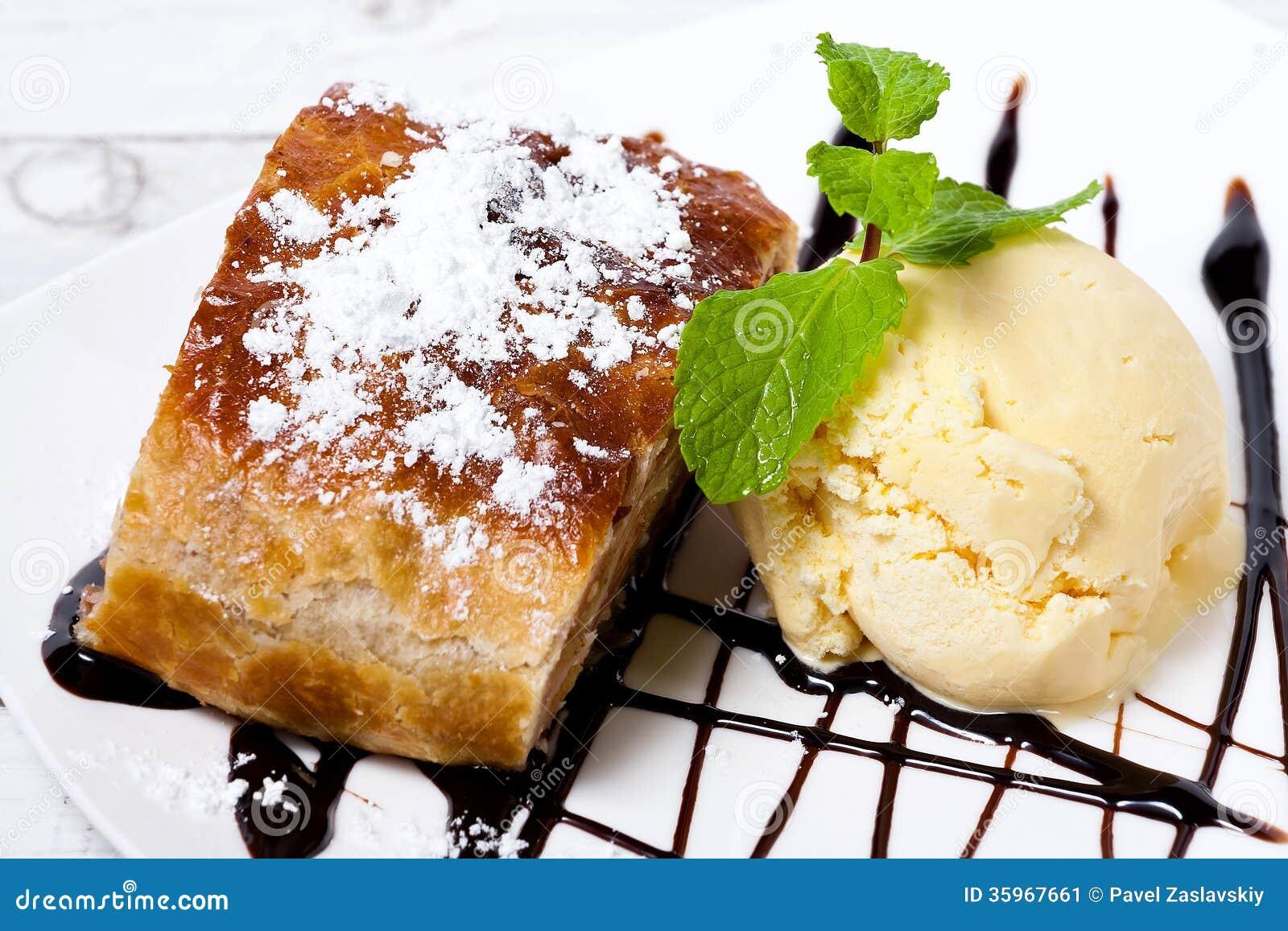 Tarta de crema del hielo de vainilla de la cereza