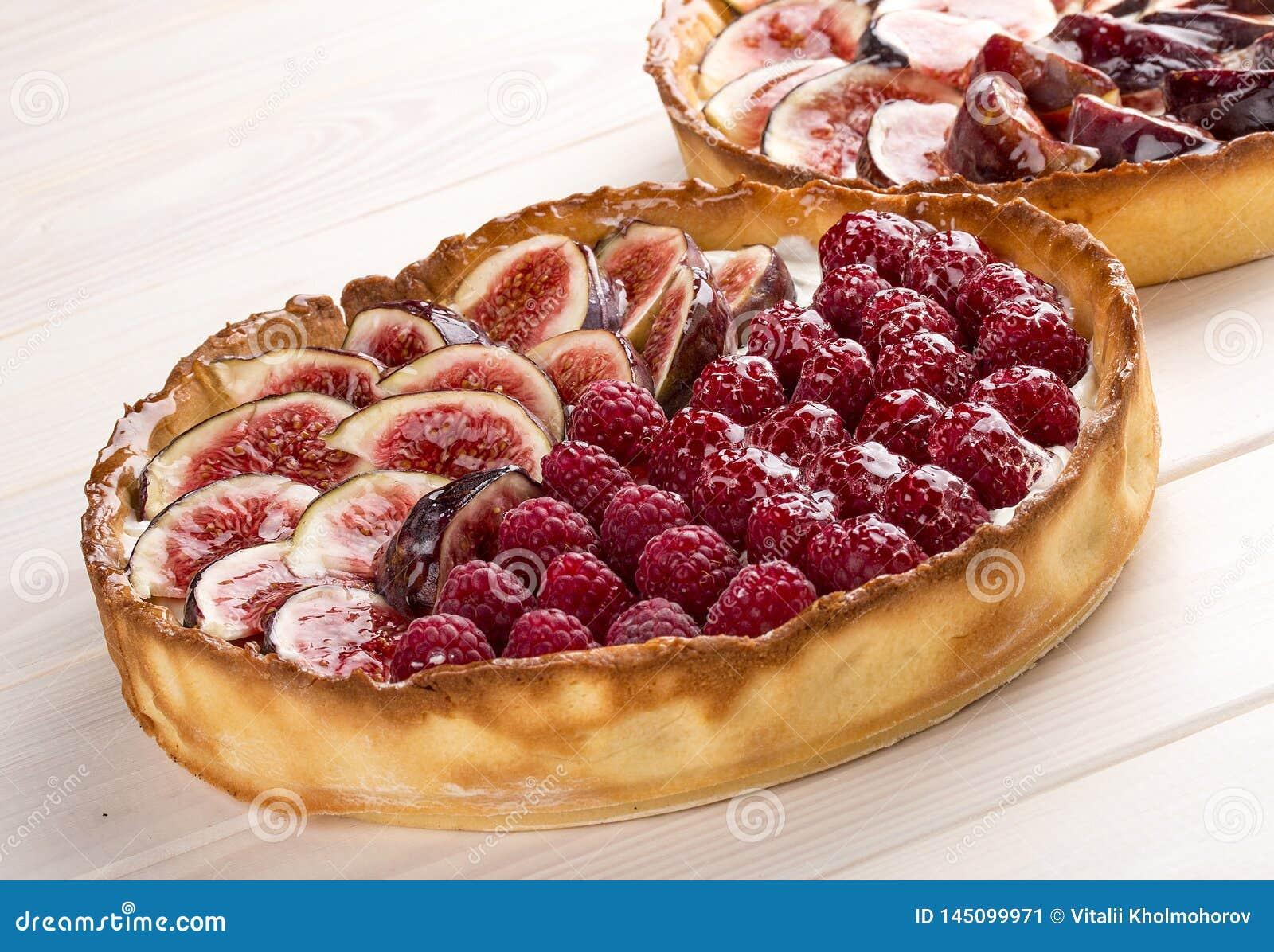 Tarta z figą i malinkami z serową śmietanką