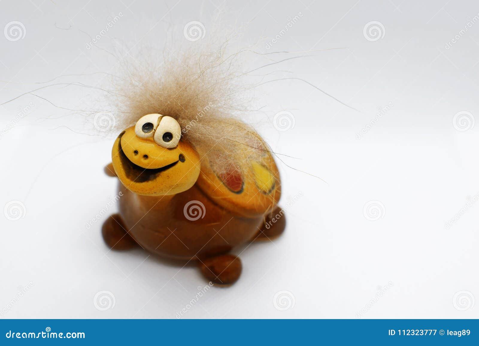 Tartaruga de sorriso amarela e marrom bonita da cerâmica