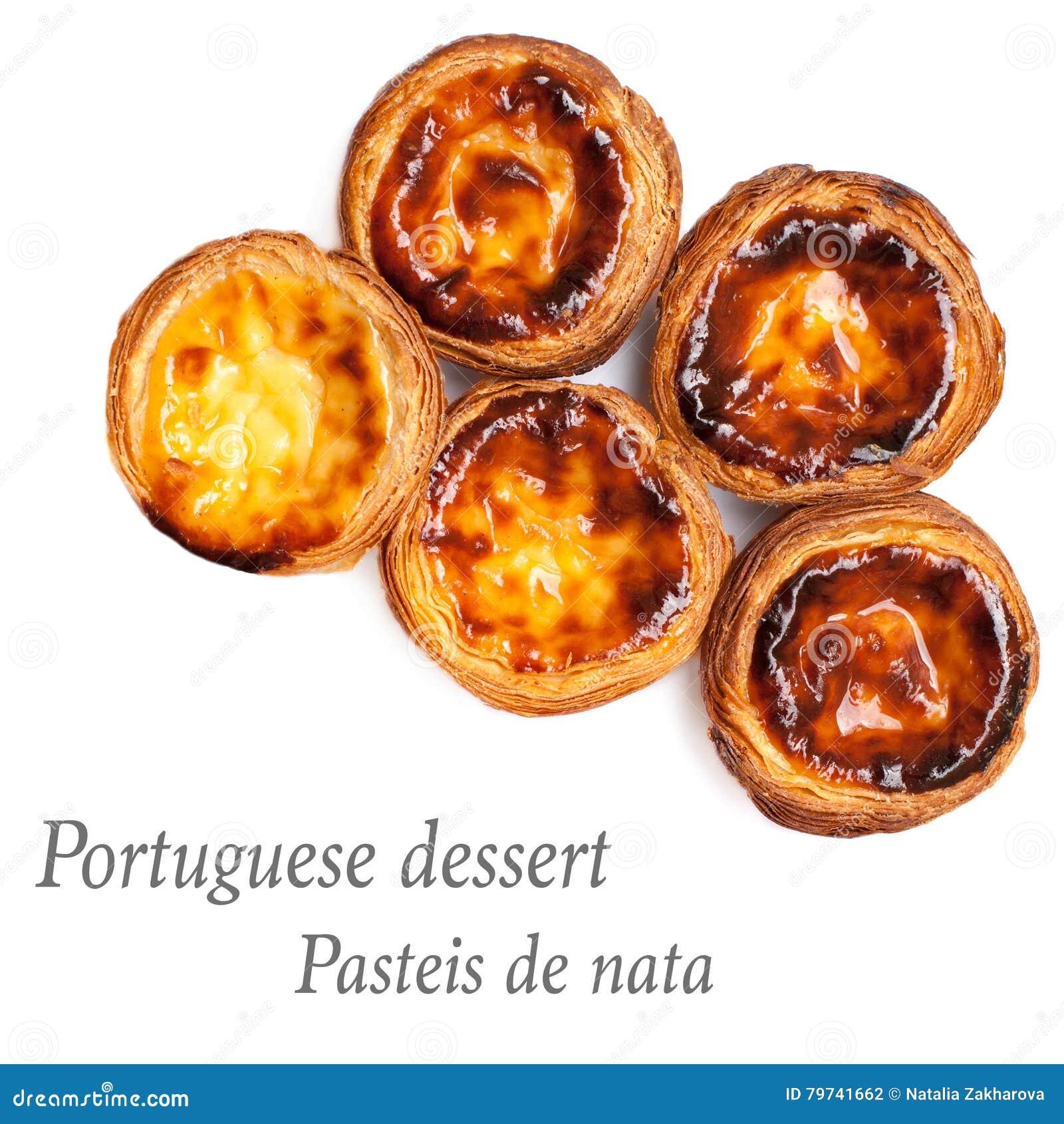 Tartas del huevo aisladas en el fondo blanco Montón del portugue típico