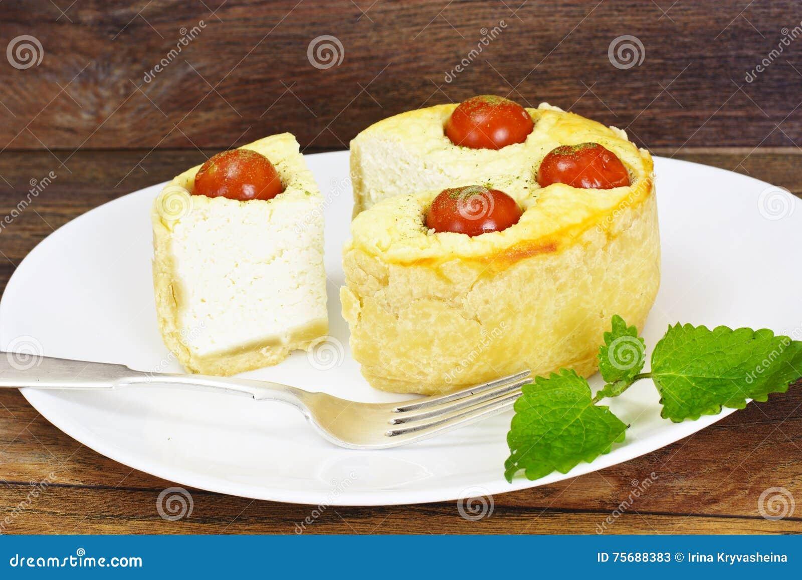 Tarte cuit au four savoureux avec le Ricotta et le Cherry Tomatoes