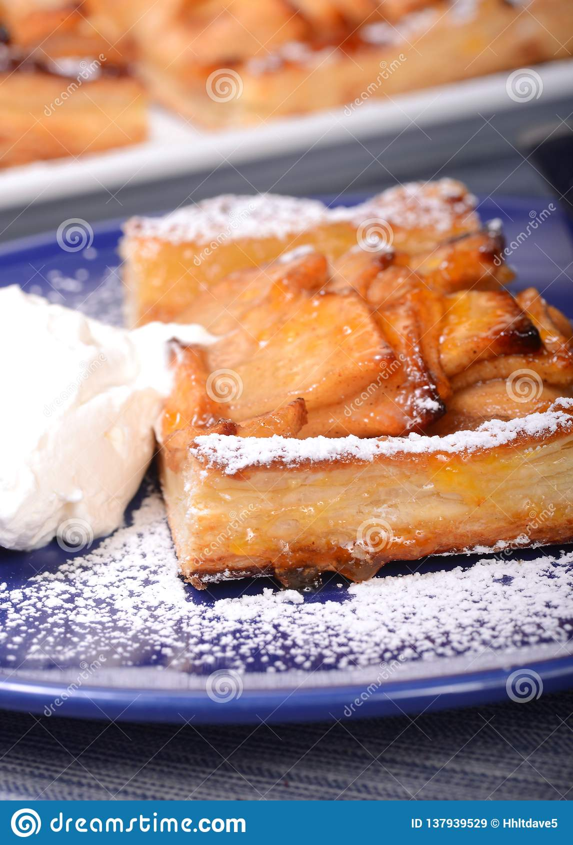 Tarte d Apple avec la crème fouettée et le sucre en poudre