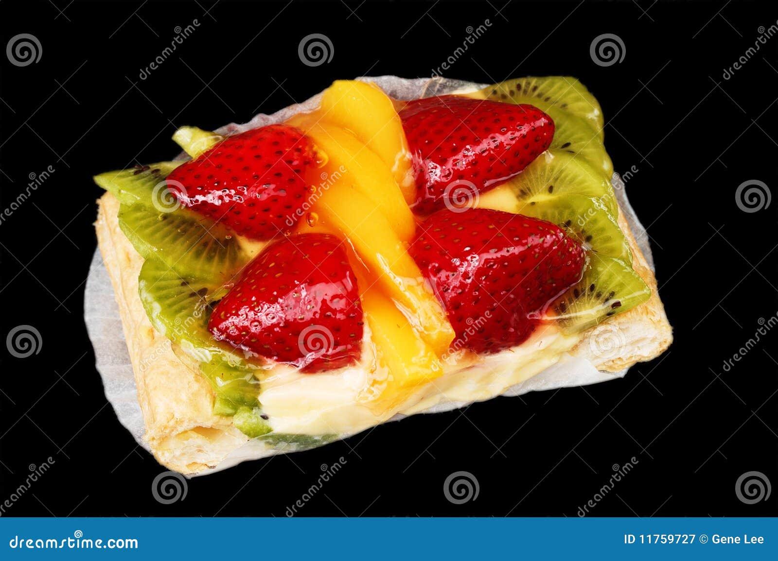 Tarte mélangée de fruit sur le noir