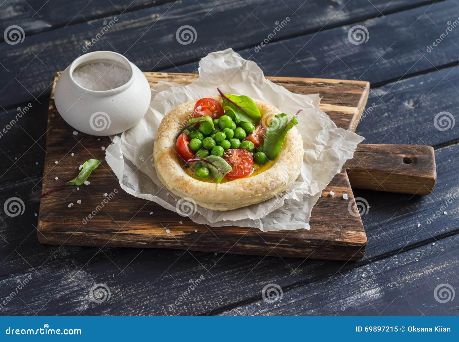 tartelette de p 226 te feuillet 233 e avec l oeuf les pois et les tomates photo stock image 69897215