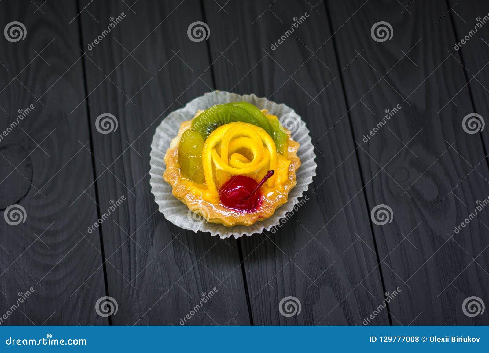 Tartelettes sablées faites maison avec de la crème de crème anglaise, la cerise et le kiwi, raisin Mini gâteau
