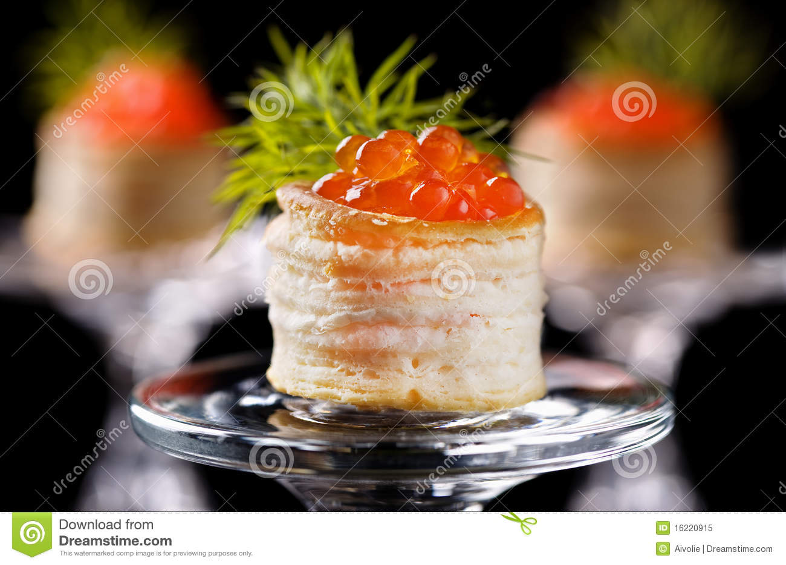 Tartlets com caviar vermelho