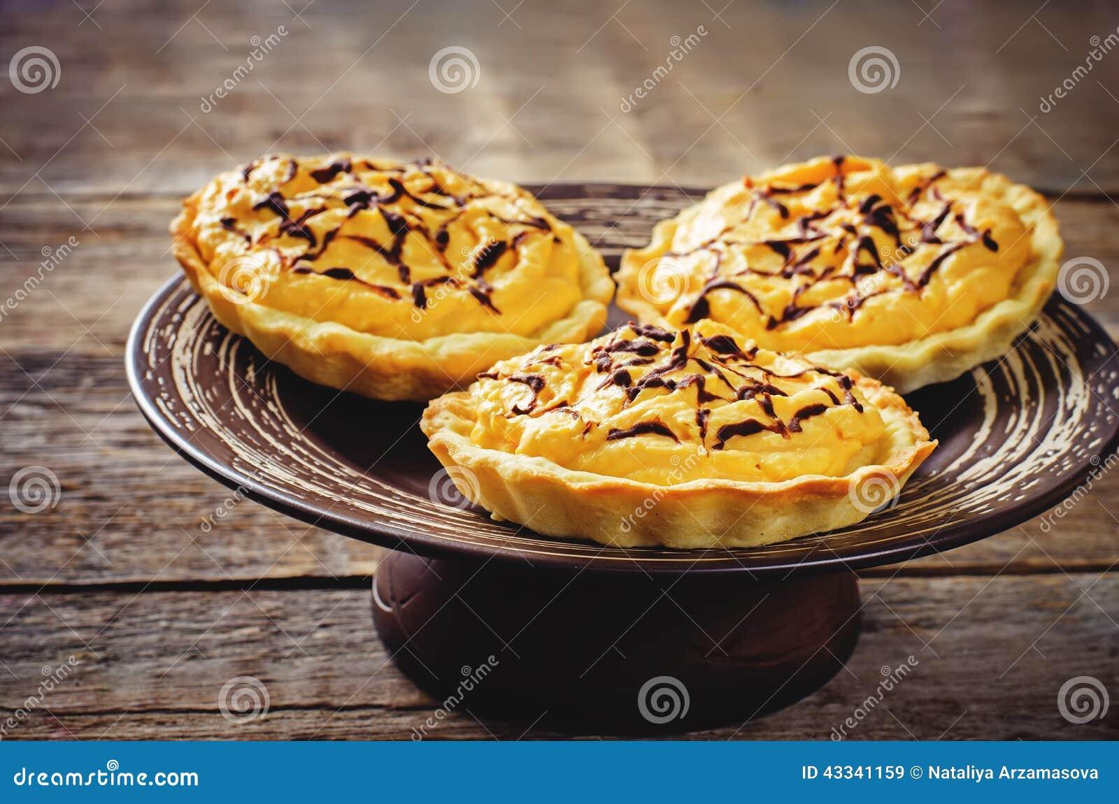 Tartlets com creme da abóbora para Dia das Bruxas para crianças