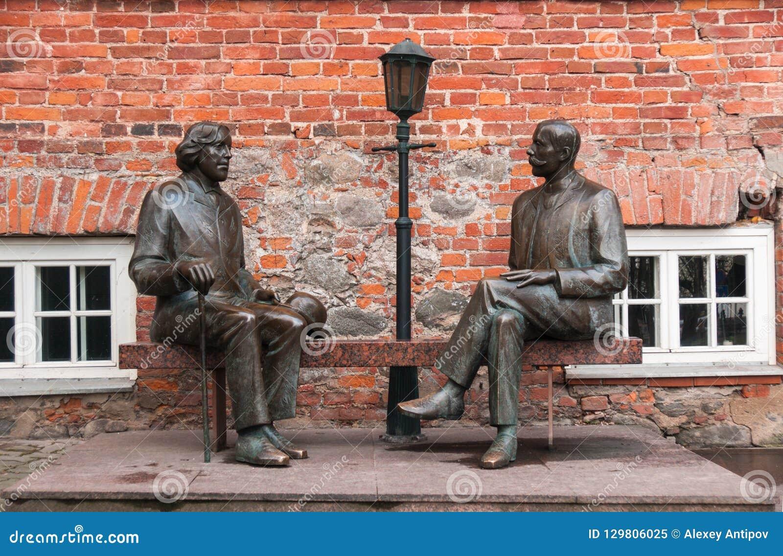 Tartu, Estland, 11 November, 2014: Monument aan Oscar Wilde en Eduard Wilde