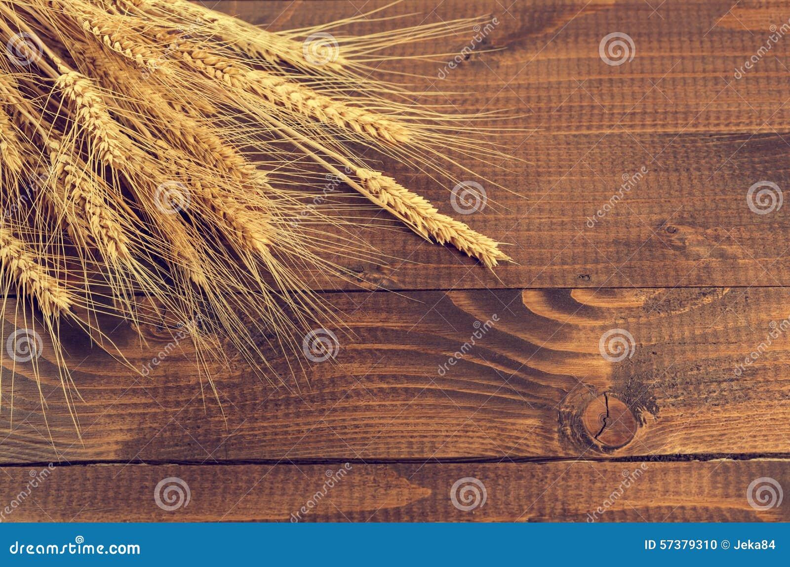 Tarwe op houten achtergrond