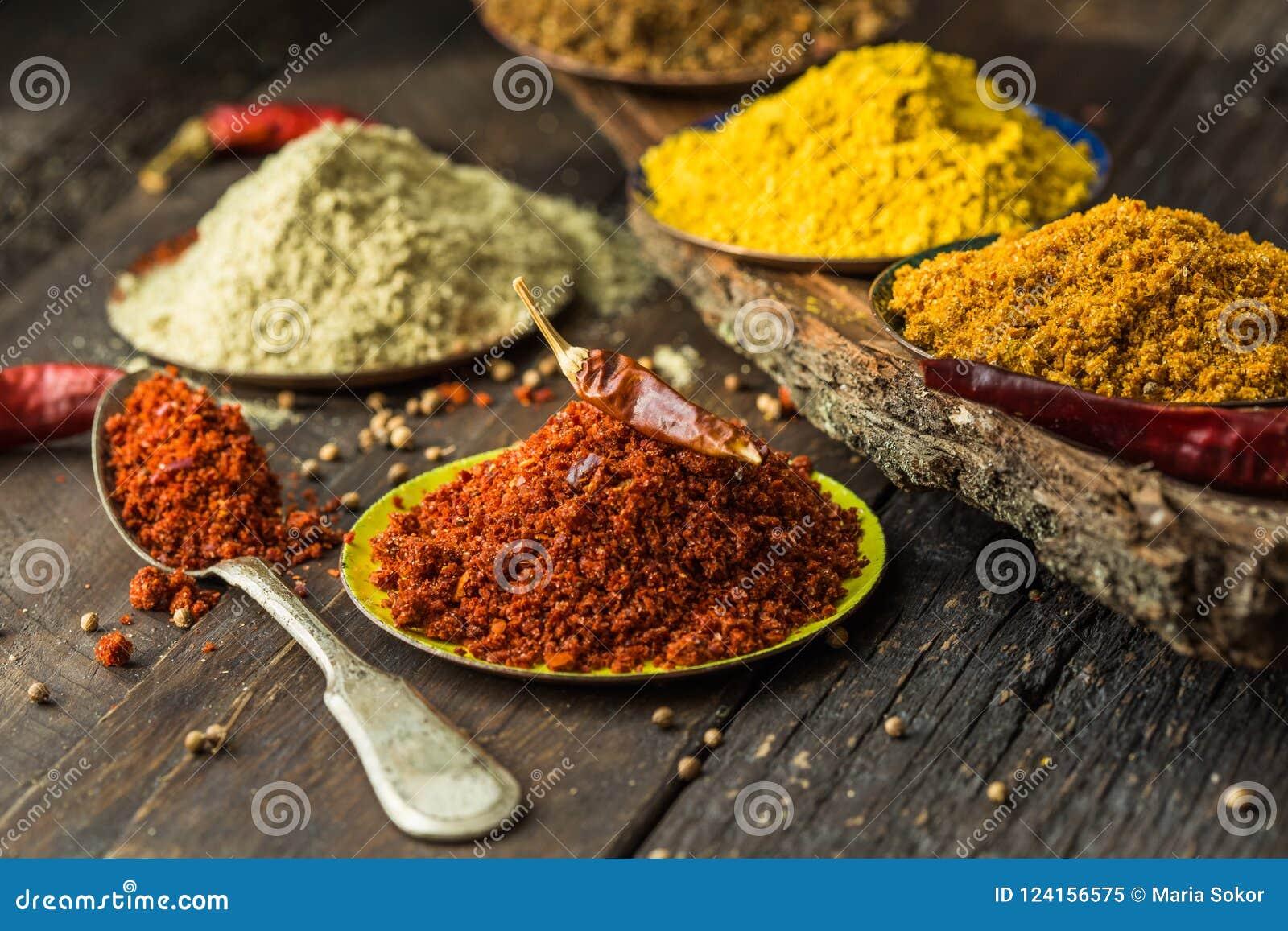 Tas de diverses épices moulues sur le fond en bois Épices géorgiennes, épices indiennes, épices Arabes Variété d épice Herbes et