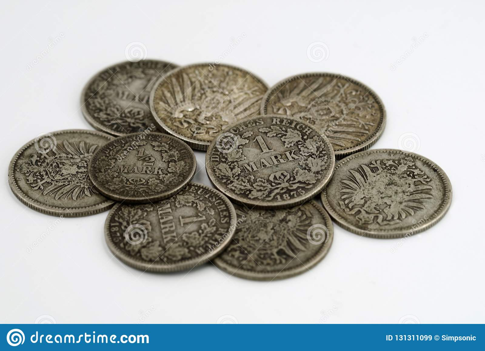 Tas de vieille pièce de monnaie de l empire allemand d isolement sur le fond blanc
