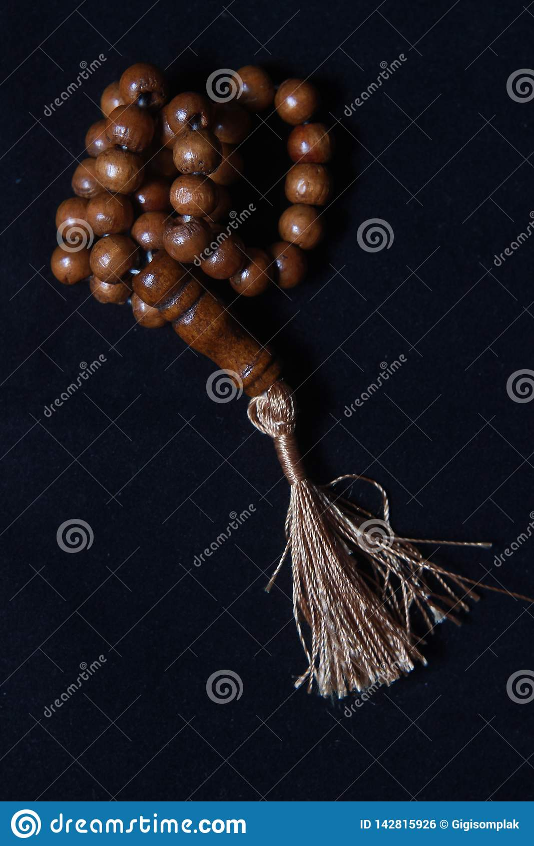 Tasbih de madera, amor forma la gota de rezo de la gente del Islam en el fondo negro