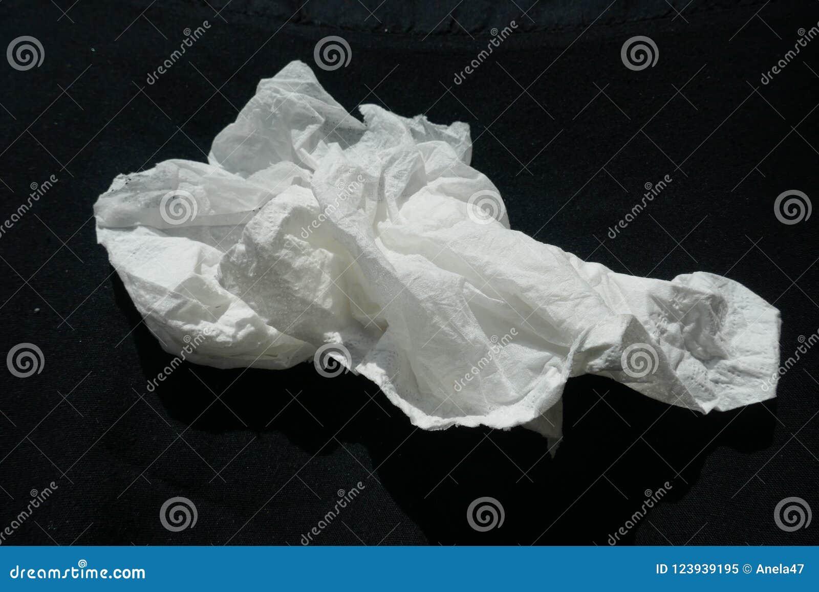 Taschentuch, Papiertaschentuch, zerknittert, Nahaufnahme, lokalisiert auf schwarzem Hintergrund